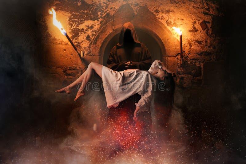 Άνδρας ενάντια στο πέταγμα γυναικών πέρα από τον κύκλο pentagram στοκ φωτογραφίες