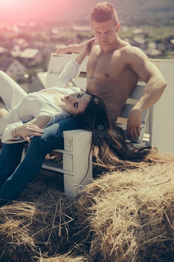 Άνδρας και γυναίκα με μακρυμάλλη την ηλιόλουστη θερινή ημέρα στοκ εικόνες