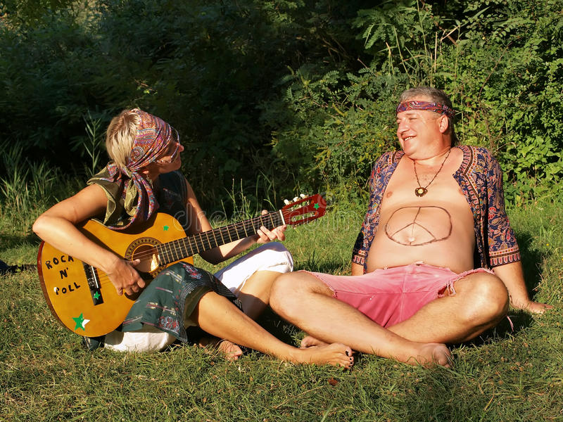 Άνδρας και γυναίκα με την κιθάρα στοκ φωτογραφία με δικαίωμα ελεύθερης χρήσης