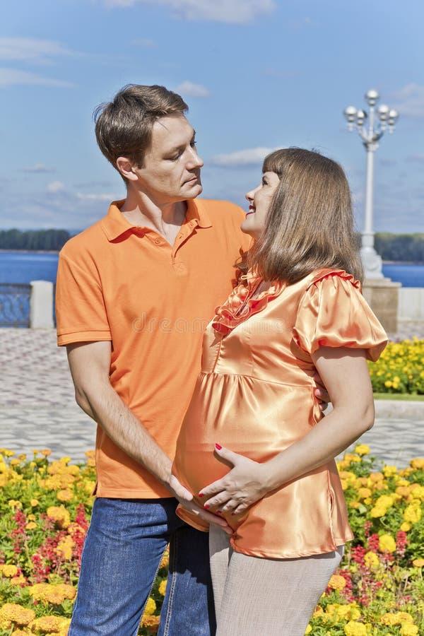 Άνδρας και γυναίκα που αναμένουν το μωρό στοκ εικόνα