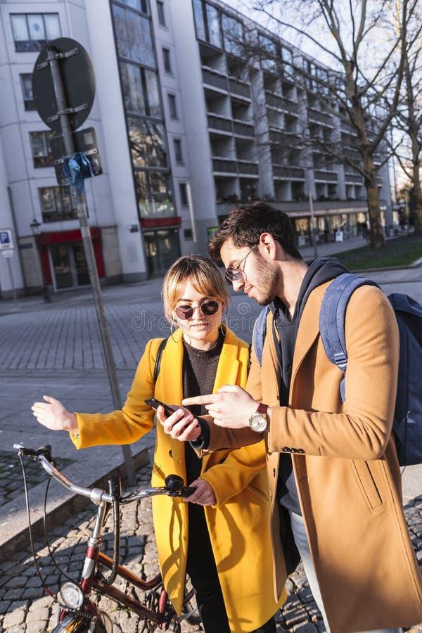 Άνδρας και γυναίκα που εξετάζουν κάποιες πληροφορίες το τηλέφωνο στοκ φωτογραφία με δικαίωμα ελεύθερης χρήσης