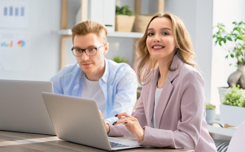 Άνδρας και γυναίκα που εργάζονται στο γραφείο στοκ φωτογραφία