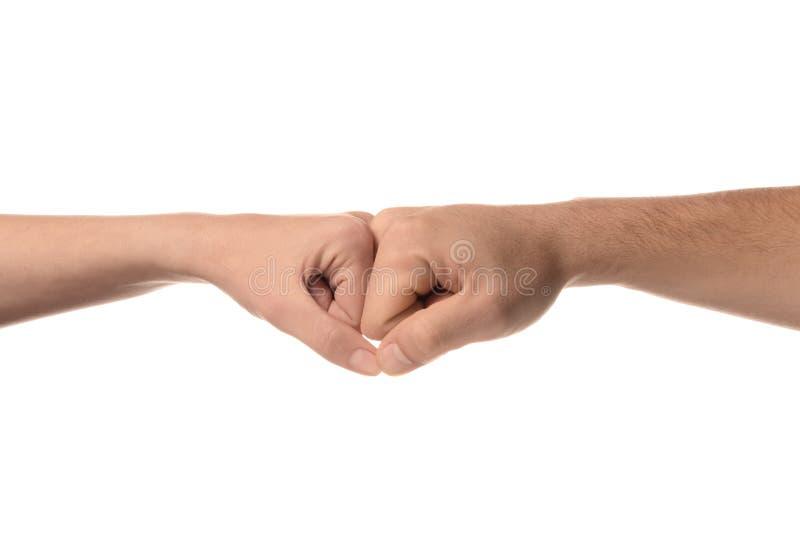 Άνδρας και γυναίκα που κάνουν τη χειρονομία προσκρούσεων πυγμών στο άσπρο υπόβαθρο στοκ φωτογραφίες με δικαίωμα ελεύθερης χρήσης