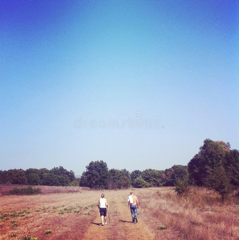Άνδρας και γυναίκα σε έναν περίπατο στη φύση στοκ φωτογραφία
