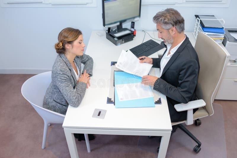 Άνδρας και γυναίκα στη συνεδρίαση στοκ εικόνα με δικαίωμα ελεύθερης χρήσης