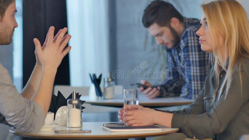 Άνδρας και γυναίκα στον καφέ που έχει το φρένο καφέ, το ποτό ομιλίας και κατανάλωσης στοκ εικόνες με δικαίωμα ελεύθερης χρήσης