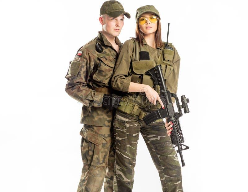 Άνδρας και γυναίκα στο κοστούμι στρατιωτών ` s στο άσπρο υπόβαθρο στοκ φωτογραφίες