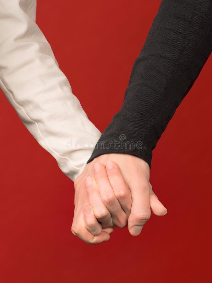 Άνδρας και γυναίκα χέρι-χέρι στοκ εικόνα με δικαίωμα ελεύθερης χρήσης