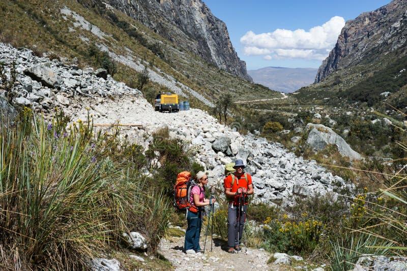 Άνδρας και γυναίκα backpacker στις Άνδεις της επιστροφής του Περού από τη μακρινή αγριότητα πίσω στον πολιτισμό σε ένα σύγχρονο ο στοκ φωτογραφία