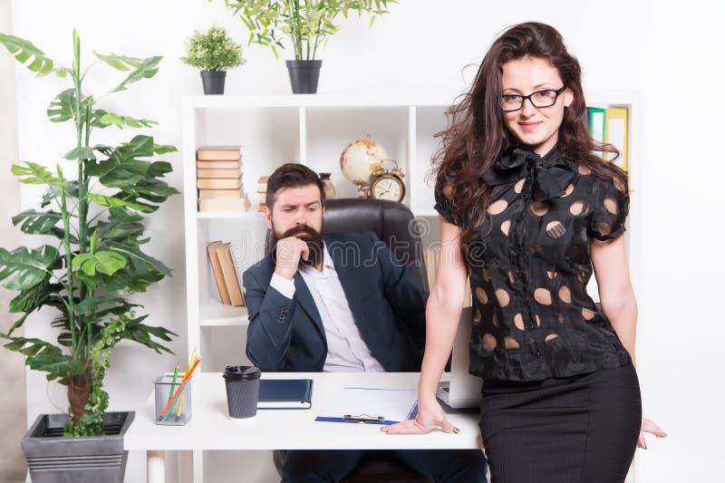 Άνδρας και ελκυστική γυναίκα Κύρια θέση διευθυντή και CEO διευθυντών Γραμματέας επιχειρησιακών ατόμων Εργασία και σταδιοδρομία r στοκ εικόνα