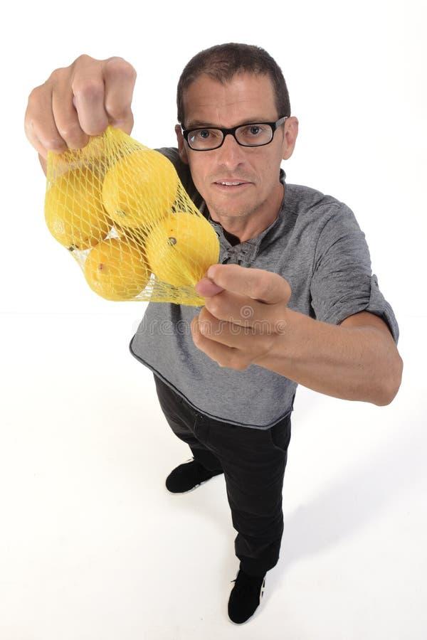 Άνδρας με λεμόνι σε λευκό φόντο στοκ εικόνα με δικαίωμα ελεύθερης χρήσης