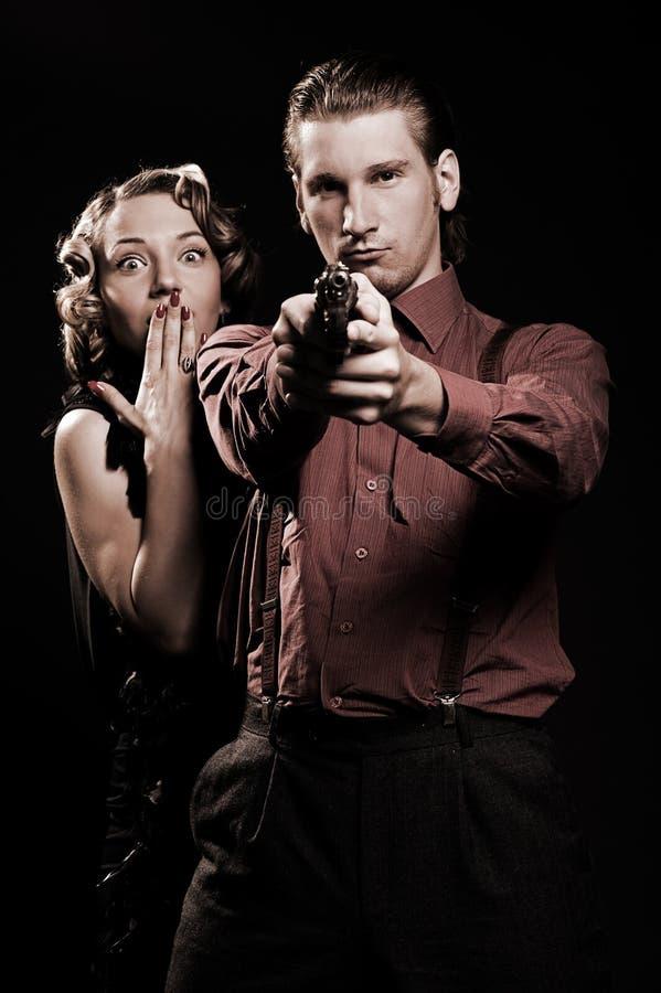 Άνδρας με το πυροβόλο όπλο που προστατεύει τη γυναίκα του στοκ φωτογραφίες με δικαίωμα ελεύθερης χρήσης
