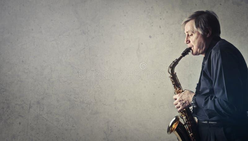 Άνδρας που παίζει σαξόφωνο στοκ φωτογραφίες με δικαίωμα ελεύθερης χρήσης