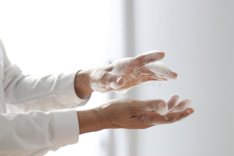 Άνδρας που πλένει τα χέρια του µε τη γέλη σαπουνιού για την αποφυγή λοιμώξεων από τον ιό corona ή τον covid- 19 και για την πρόλη στοκ φωτογραφία με δικαίωμα ελεύθερης χρήσης