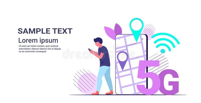 Άνδρας που χρησιμοποιεί το gps navigator στην εφαρμογή smartphone mobile mobile app 5G online επικοινωνία πέμπτη πρωτοποριακή γεν ελεύθερη απεικόνιση δικαιώματος