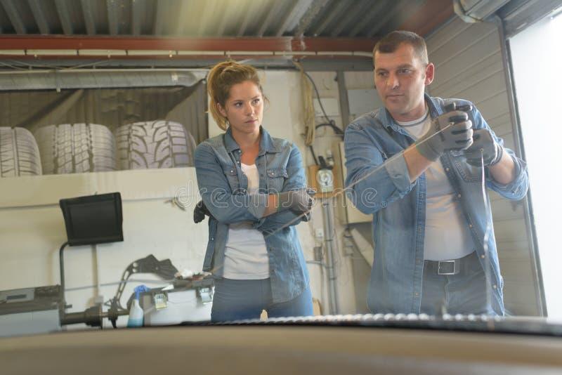Άνδρες και γυναίκες μηχανικοί στην εργασία στοκ φωτογραφία με δικαίωμα ελεύθερης χρήσης