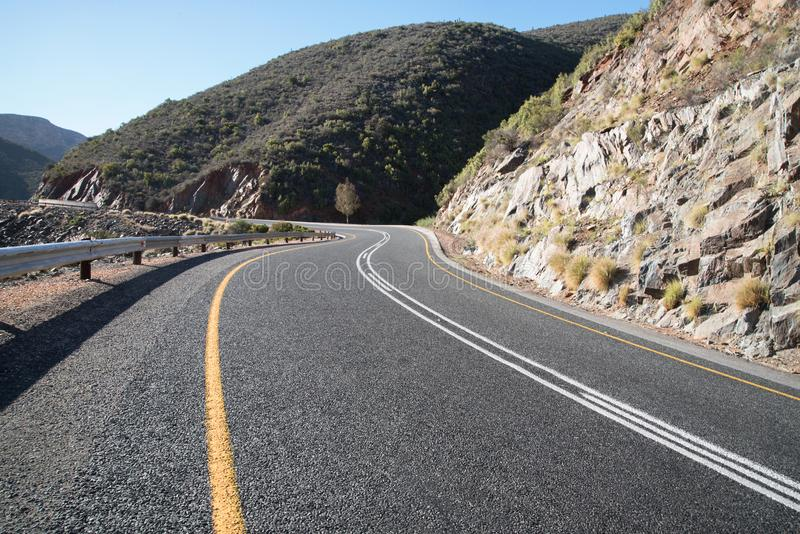 Άνεμος δρόμος πίσσας στα βουνά στοκ εικόνες
