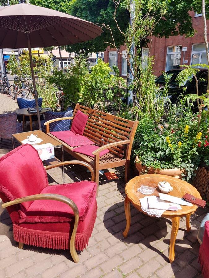 Άνετα κόκκινα επικαλυμμένα καθίσματα σε έναν καφέ steeet στην Κολωνία στοκ εικόνες