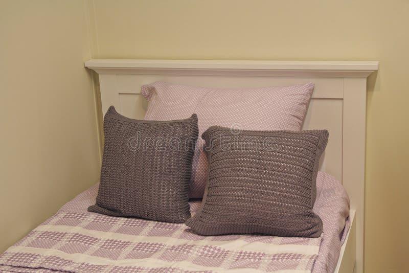 Άνετα μπεζ μαξιλάρια στο κρεβάτι στοκ φωτογραφία με δικαίωμα ελεύθερης χρήσης