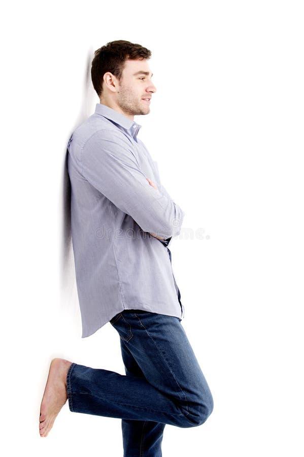 Όμορφο άτομο που κλίνει ενάντια σε έναν άσπρο τοίχο στοκ εικόνες με δικαίωμα ελεύθερης χρήσης