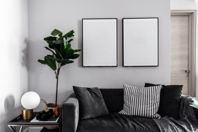 Άνετη γωνία καθιστικών με το σκούρο γκρι καναπέ υφάσματος βελούδου, τι στοκ φωτογραφίες