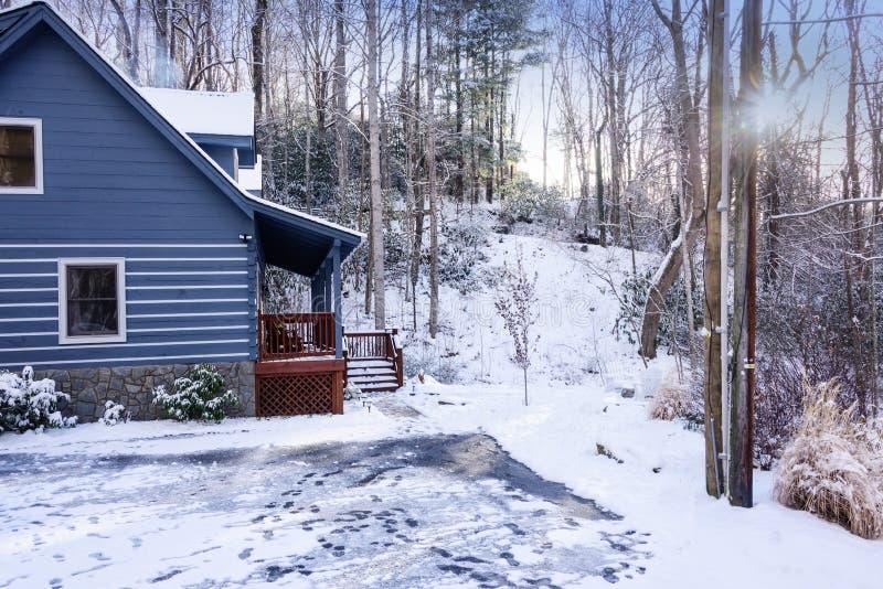 Άνετη καμπίνα το χειμώνα στοκ φωτογραφίες