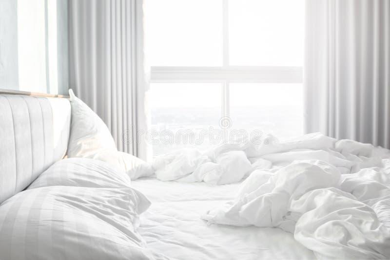 Άνετη κρεβατοκάμαρα, ακατάστατα φύλλα κλινοστρωμνής και duvet με τη ρυτίδα ακατάστατη στην κρεβατοκάμαρα στοκ εικόνες
