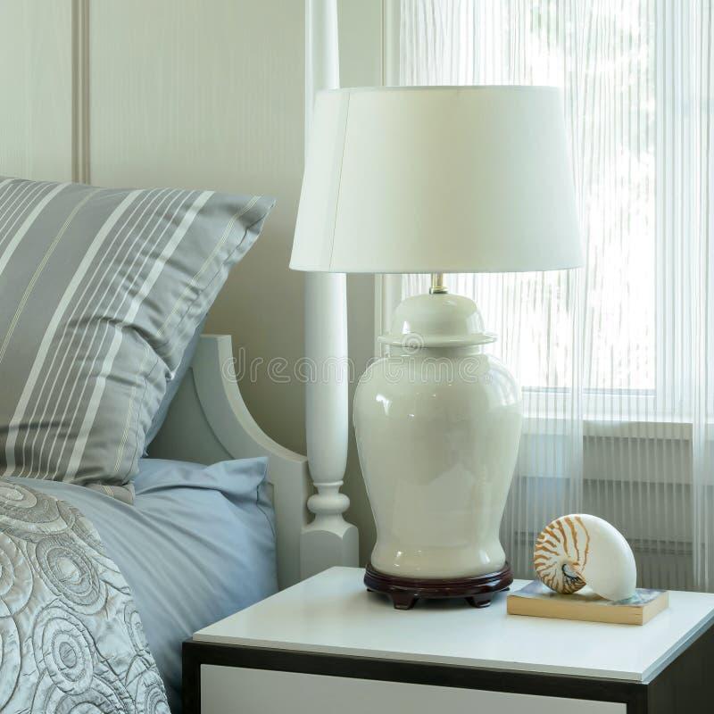 Άνετη κρεβατοκάμαρα με τα μαξιλάρια και λαμπτήρας ανάγνωσης στον πίνακα πλευρών στοκ εικόνες με δικαίωμα ελεύθερης χρήσης