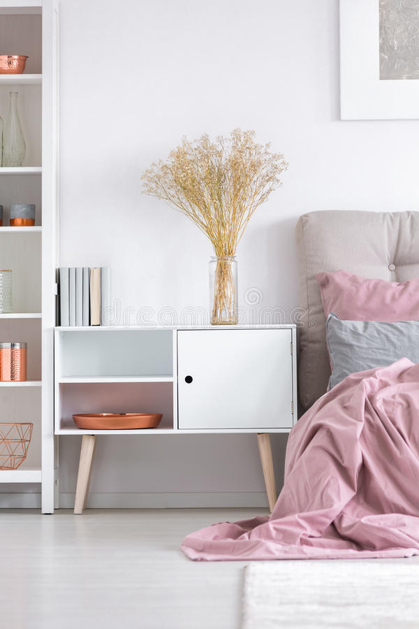 Άνετη κρεβατοκάμαρα με το άσπρο ντουλάπι στοκ φωτογραφία