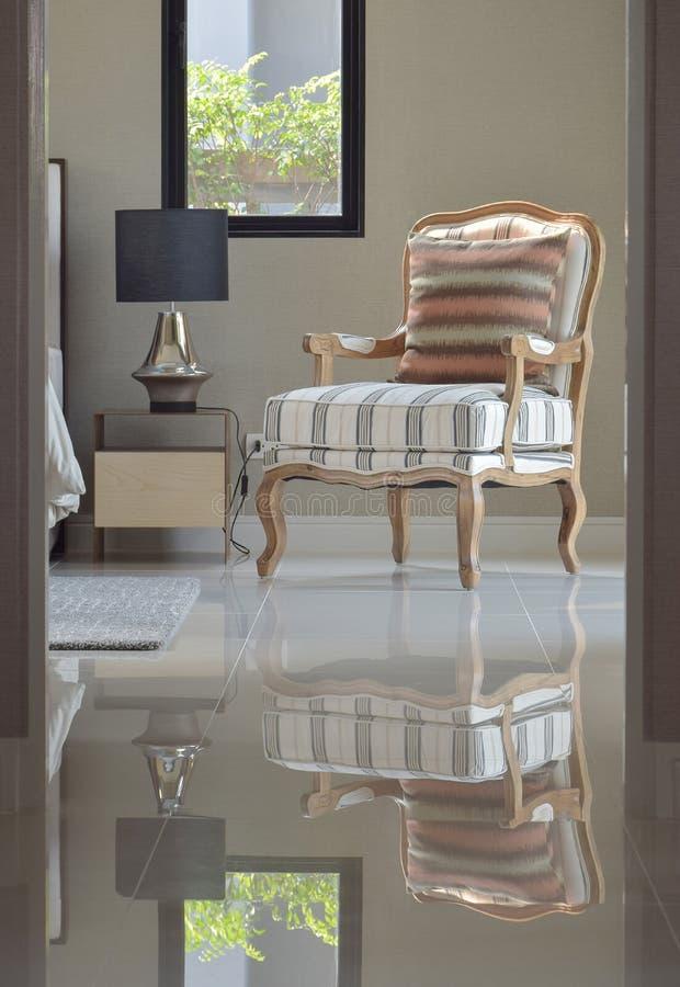Άνετη κλασική καρέκλα σαλονιών ύφους δίπλα στον πίνακα πλευρών στοκ εικόνες με δικαίωμα ελεύθερης χρήσης