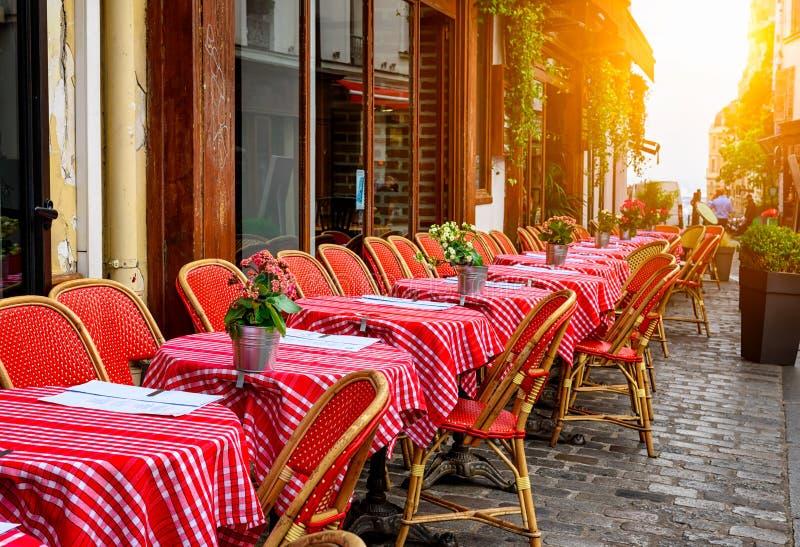 Άνετη οδός με τους πίνακες του καφέ στο τέταρτο Montmartre στο Παρίσι στοκ φωτογραφίες