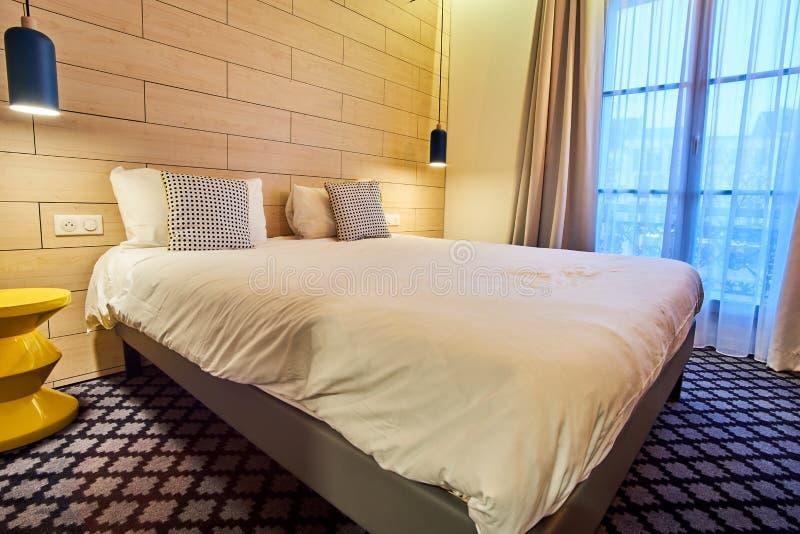 Άνετη σύγχρονη κρεβατοκάμαρα ξενοδοχείων για δύο στοκ εικόνες