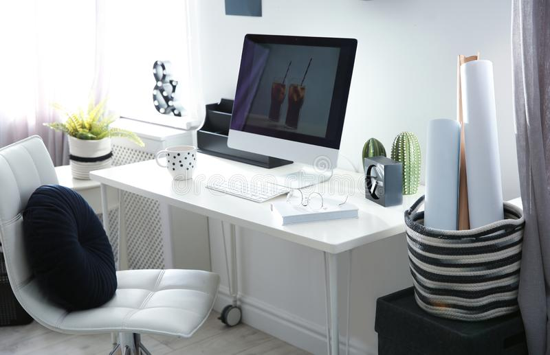 Άνετος εργασιακός χώρος με τον υπολογιστή στο γραφείο στο σπίτι στοκ φωτογραφίες