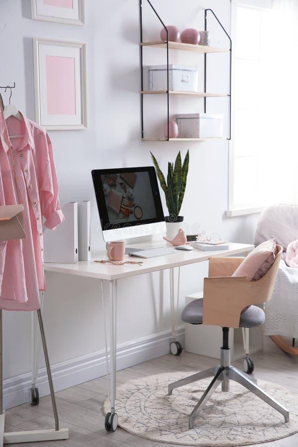 Άνετος εργασιακός χώρος με τον υπολογιστή στο γραφείο στο σπίτι στοκ εικόνες με δικαίωμα ελεύθερης χρήσης