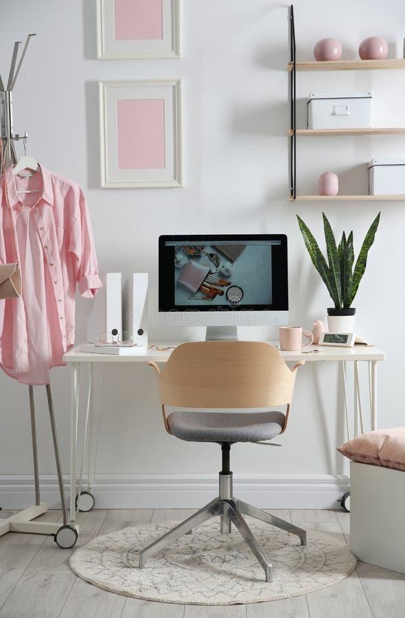 Άνετος εργασιακός χώρος με τον υπολογιστή στο γραφείο στο σπίτι στοκ φωτογραφία με δικαίωμα ελεύθερης χρήσης