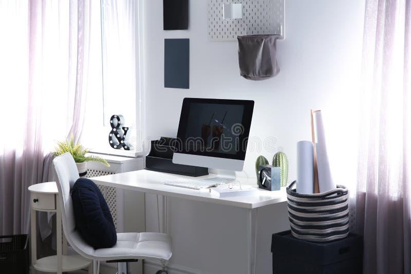 Άνετος εργασιακός χώρος με τον υπολογιστή στο γραφείο στοκ εικόνες με δικαίωμα ελεύθερης χρήσης