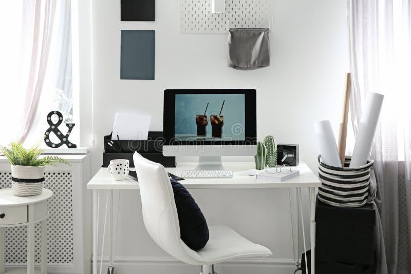 Άνετος εργασιακός χώρος με τον υπολογιστή στο γραφείο στοκ φωτογραφίες
