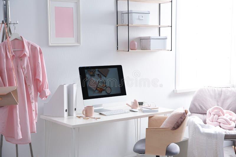 Άνετος εργασιακός χώρος με τον υπολογιστή στο γραφείο στοκ εικόνα