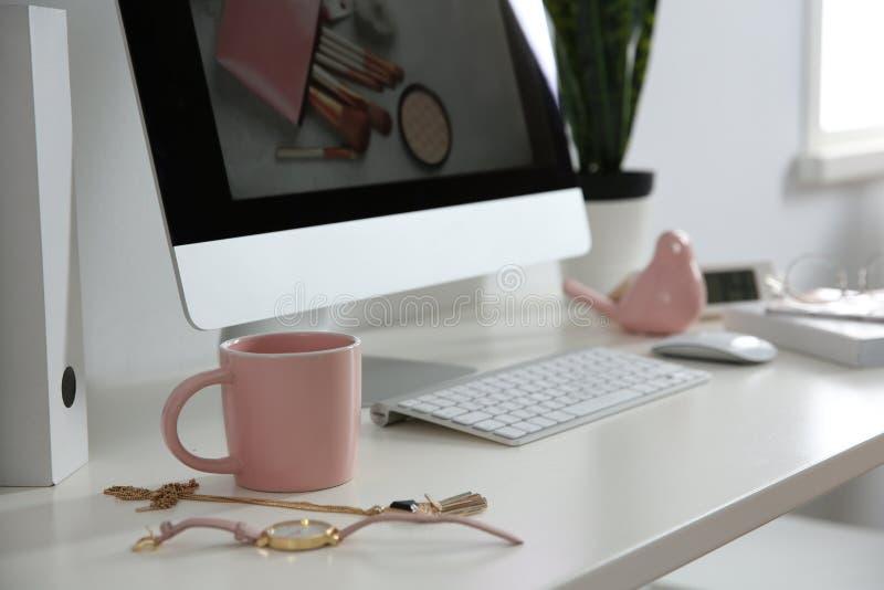 Άνετος εργασιακός χώρος με τον υπολογιστή στο γραφείο στο Υπουργείο Εσωτερικών στοκ εικόνες