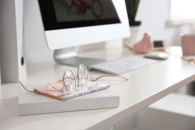 Άνετος εργασιακός χώρος με τον υπολογιστή στο γραφείο στο Υπουργείο Εσωτερικών στοκ φωτογραφίες