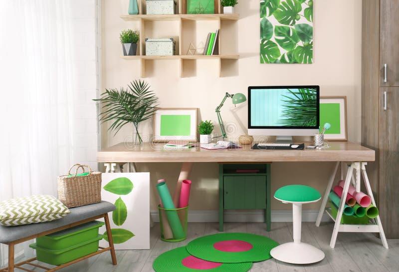 Άνετος εργασιακός χώρος με το σύγχρονο υπολογιστή στοκ φωτογραφία