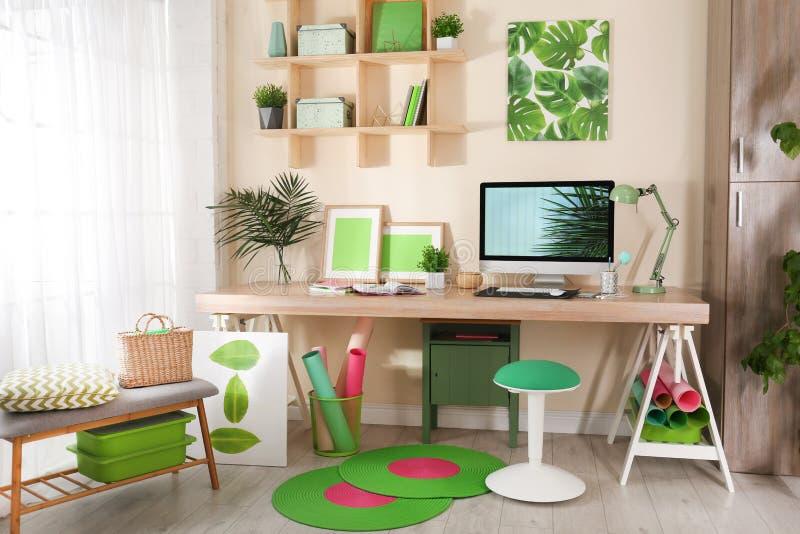 Άνετος εργασιακός χώρος με το σύγχρονο υπολογιστή στοκ εικόνα