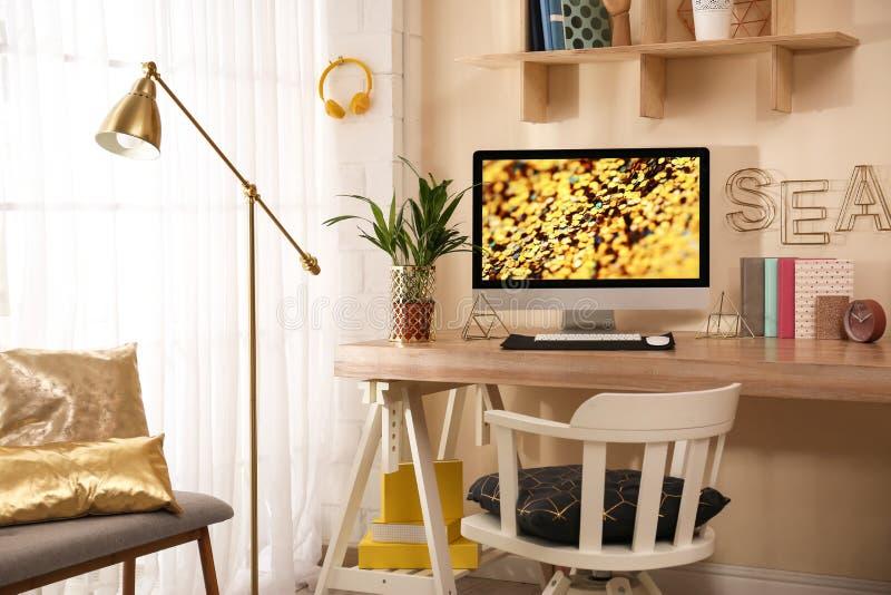Άνετος εργασιακός χώρος με το σύγχρονο υπολογιστή στοκ φωτογραφία με δικαίωμα ελεύθερης χρήσης