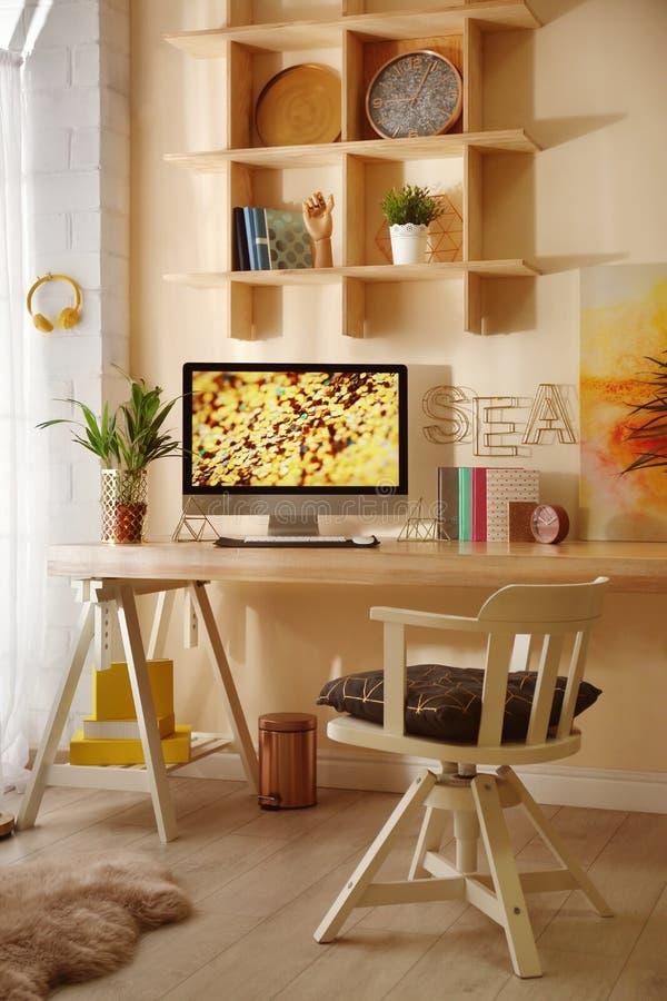 Άνετος εργασιακός χώρος με το σύγχρονο υπολογιστή στοκ φωτογραφίες με δικαίωμα ελεύθερης χρήσης