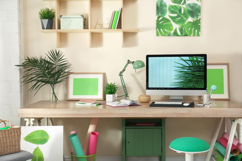 Άνετος εργασιακός χώρος με το σύγχρονο υπολογιστή στοκ εικόνες