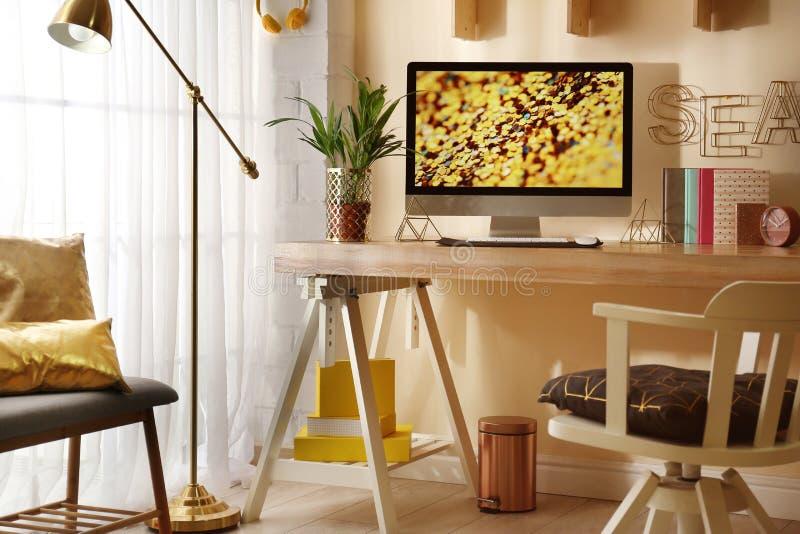 Άνετος εργασιακός χώρος με το σύγχρονο υπολογιστή στοκ εικόνα με δικαίωμα ελεύθερης χρήσης