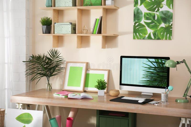 Άνετος εργασιακός χώρος με το σύγχρονο υπολογιστή στοκ φωτογραφίες