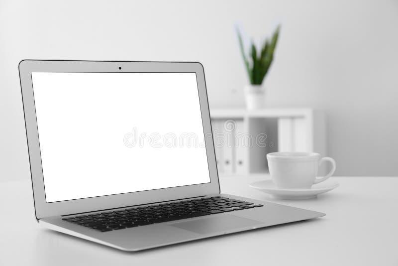 Άνετος εργασιακός χώρος με το σύγχρονο lap-top στον πίνακα στην αρχή στοκ φωτογραφίες με δικαίωμα ελεύθερης χρήσης