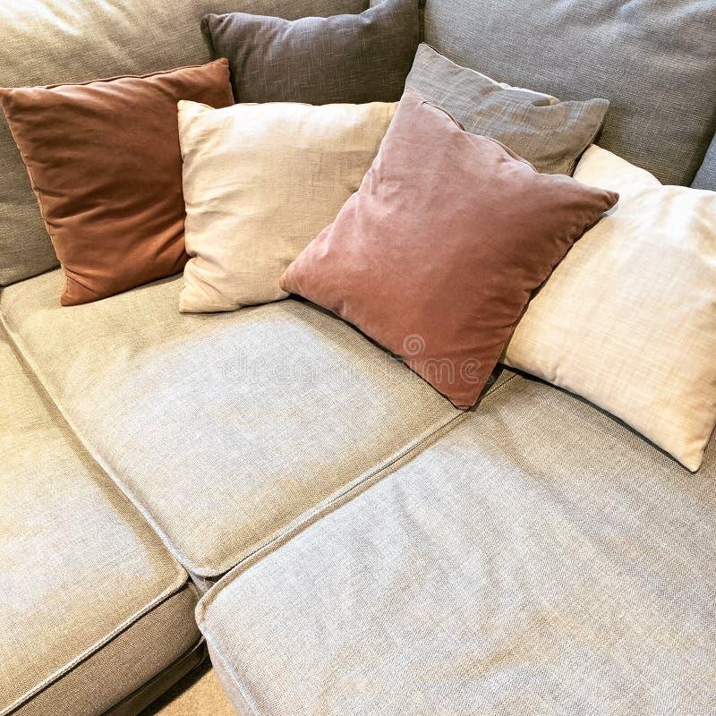 Άνετος καναπές γωνιών με τα μέρη των μαξιλαριών στοκ εικόνες