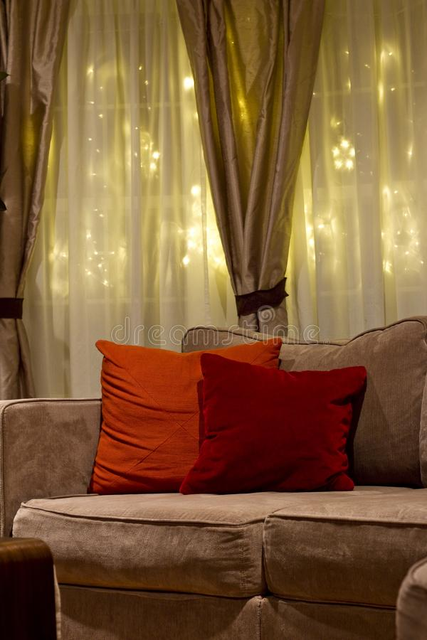 Άνετος καναπές νυχτερινών καθιστικών στοκ φωτογραφίες